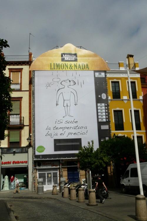 Lona Limón&Nada colocada en la Plaza del Salvador en Sevilla