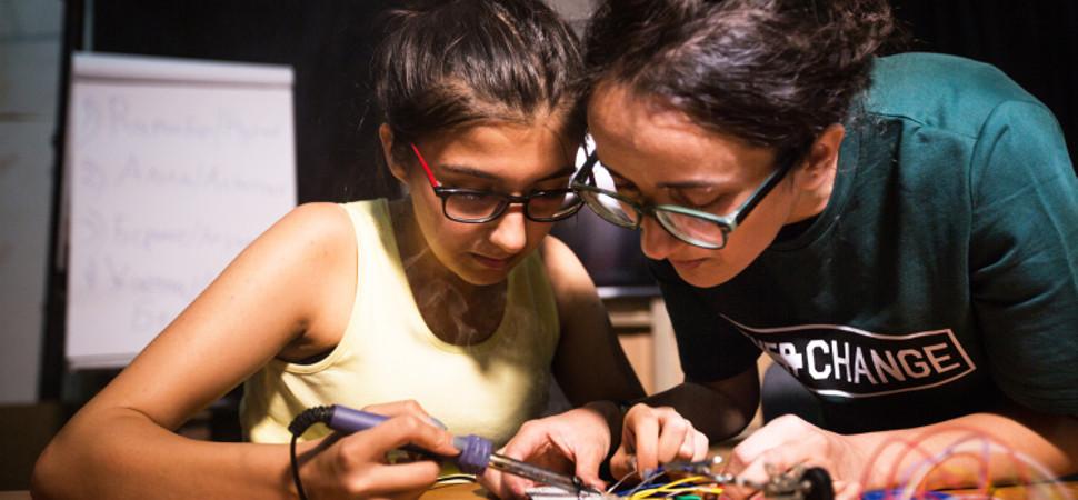 Un grupo de chicas está montando por su cuenta el programa espacial de Kirguistán