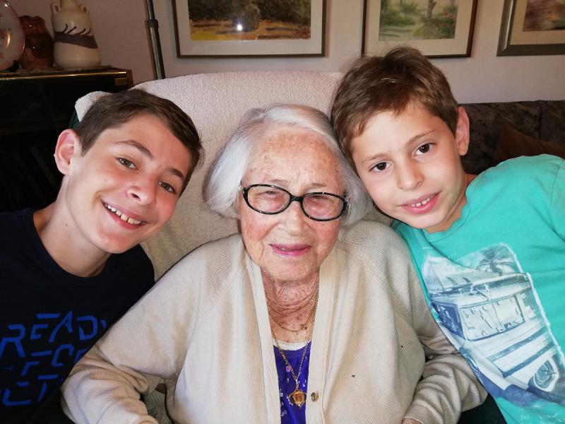 Edith en la actualidad junto a los hijos de su nieta Meirav