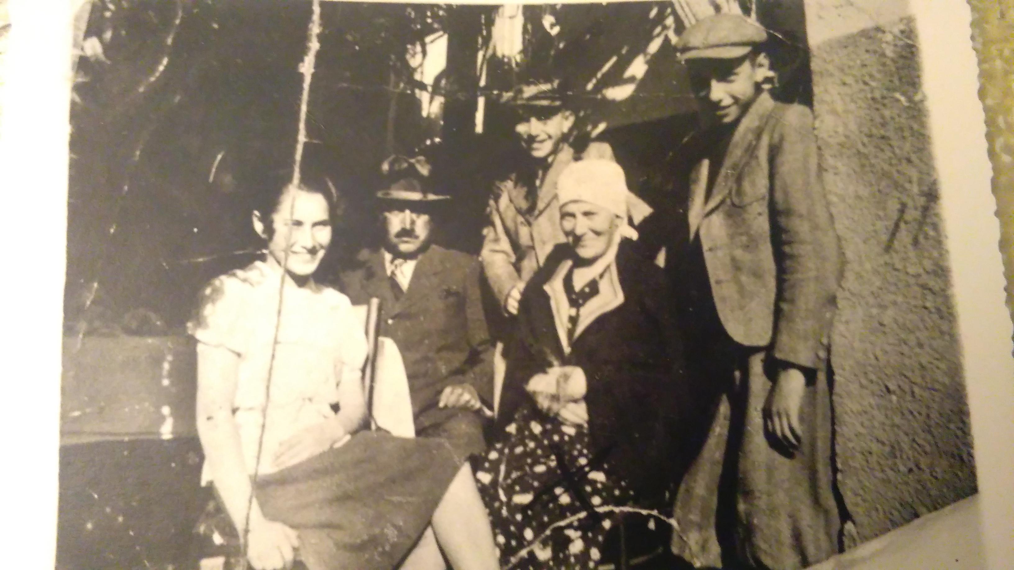 Edith junto a sus padres y hermanos antes de la Segunda Guerra Mundial