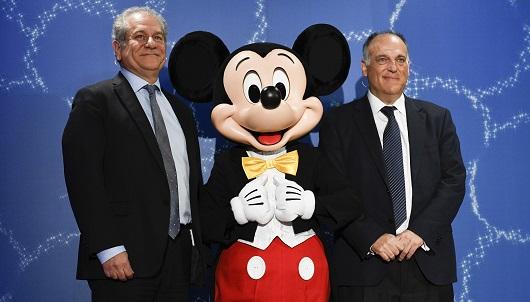 Javier Tebas y Simon Amselem, presidentes de LaLiga y Disney Iberia, respectivamente, posan con Mickey Mouse