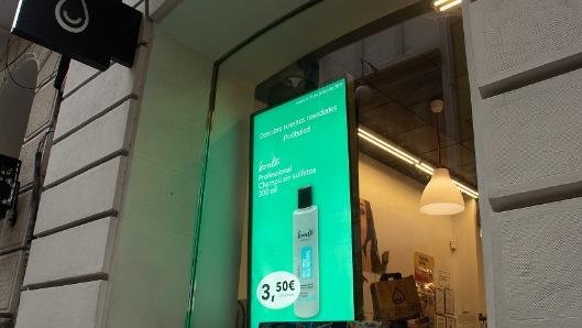 Una perfumería, con la pantalla de Ladorian