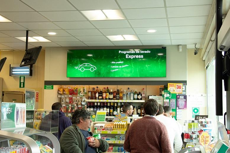 Una gasolinera con pantalla de Ladorian