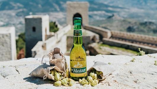 La botella simula la original, también en color verde