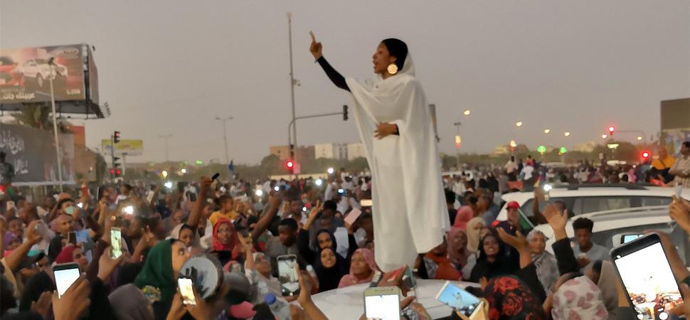 La joven que se ha convertido en símbolo de la revolución en Sudán