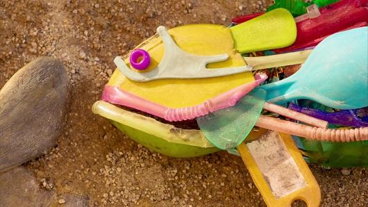 Cada año, 100.000 mamíferos y tortugas marinas mueren a causa de la contaminación plástica y se ha encontrado restos de plástico en el estómago del 90% de las aves marinas