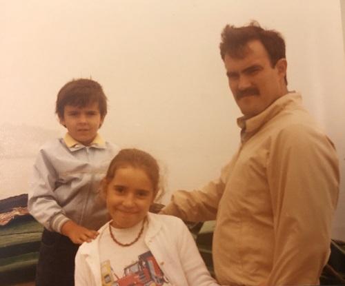 Sara Ramis de pequeña con su padre y su hermano
