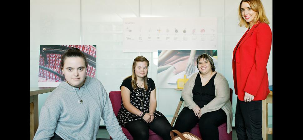 Así han creado tres diseñadoras con síndrome de Down el nuevo bolso de Magalie