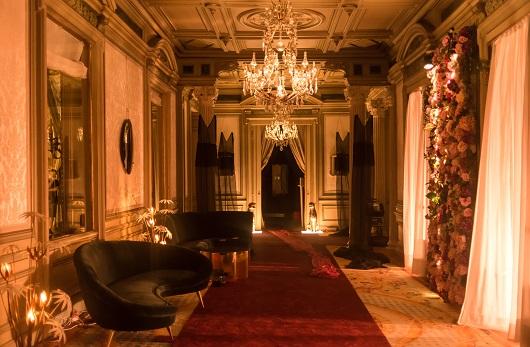 El escape room está decorado simulando los espacios de la serie