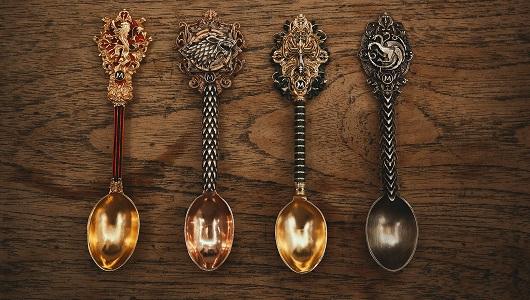 Cada cuchara representa a una casa: Stark, Lannister, Targaryen y Greyjoy
