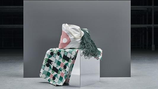 La colección está formada por manteles, fundas de cojín y una bolsa