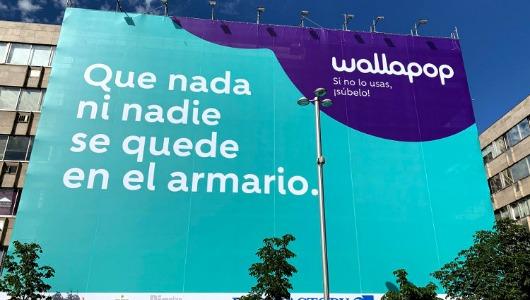 La lona está en la popularmente conocida como la Plaza de la Luna (Madrid)