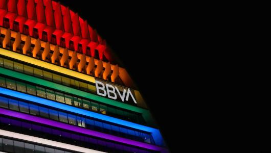 La Vela, iluminada con los colores de la bandera LGTBI