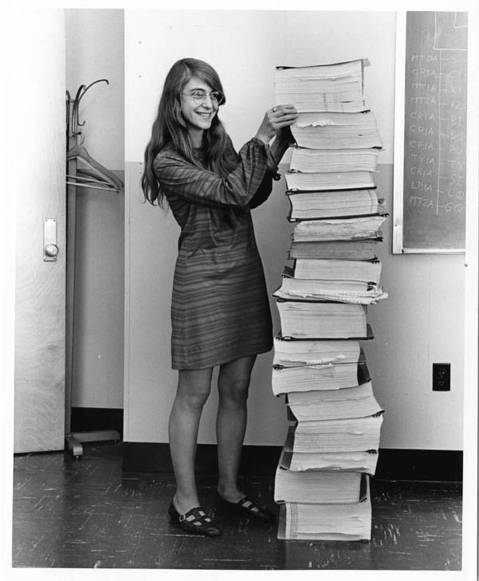 Hamilton, junto al software de navegación que desarrolló en el MIT en 1969.