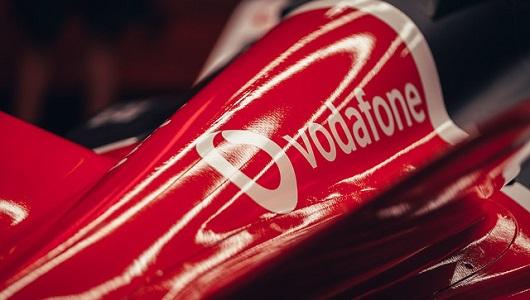El logo de Vodafone está visible en el coche