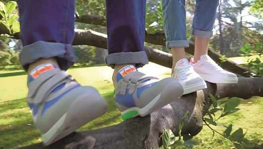 Un par de zapatillas de la marca Pablosky