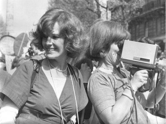Micha Dell-Prane, Delphine Seyrig y Iona Wieder, empuñando una cámara durante una manifestación en 1976. Foto: Museo Reina Sofía.