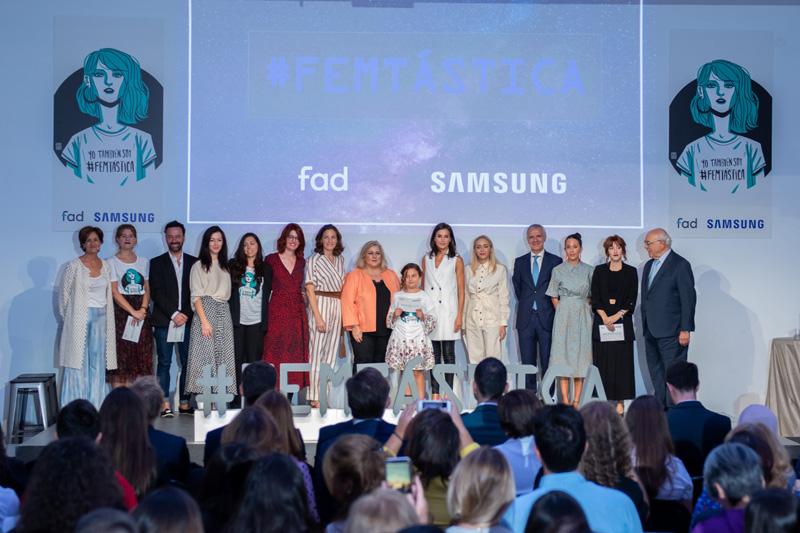 La Reina Letizia, en el centro de la imagen, junto a los responsables de Samsung y la Fad y algunas de las protagonistas de la iniciativa.