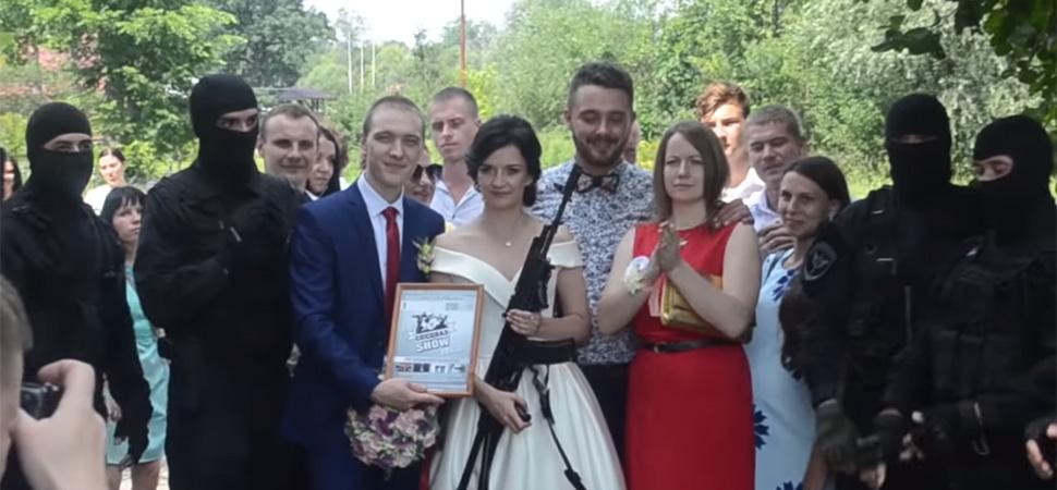 Redadas antidroga o detenciones a punta de pistola: así son las nuevas propuestas matrimoniales en Rusia
