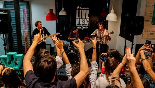 El lanzamiento de esta iniciativa comenzó con un concierto clandestino de The Parrots en un Domino´s Pizza de Madrid