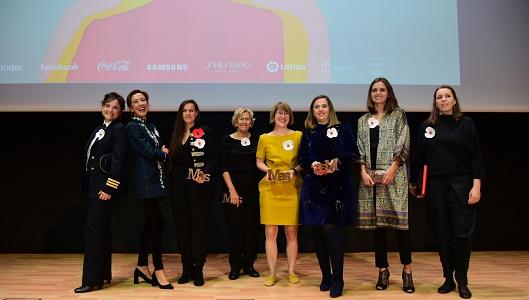 Las galardonadas en las diferentes categorías posan con Manuela Carmena, Premio MAS a la Trayectoria (cuarta por la izquierda)