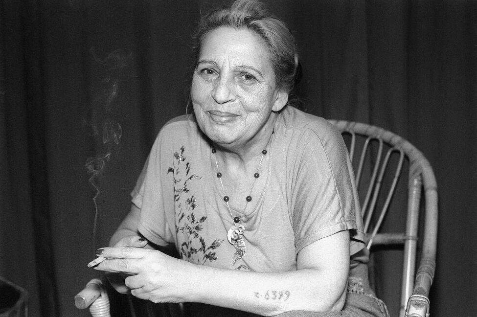 Un retrato de la artista en 1995. En su brazo derecho puede apreciarse el tatuaje con su número de prisionera: Z 6399. La 'z' inicial la identificaba como 'zigeuner' ('gitana' en alemán).
