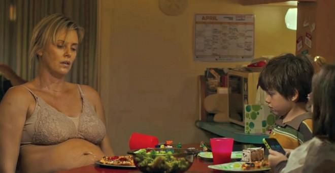 Charlize Theron, en un fotograma de 'Tully', una película que muestra lo que pasa después del parto…y normalmente no se cuenta.