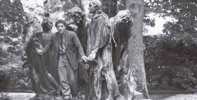 Alberto Giacometti en el parque Eugène Rudier de Vésinet posando entre 'Los Burgueses de Calais', de Rodin (1950).