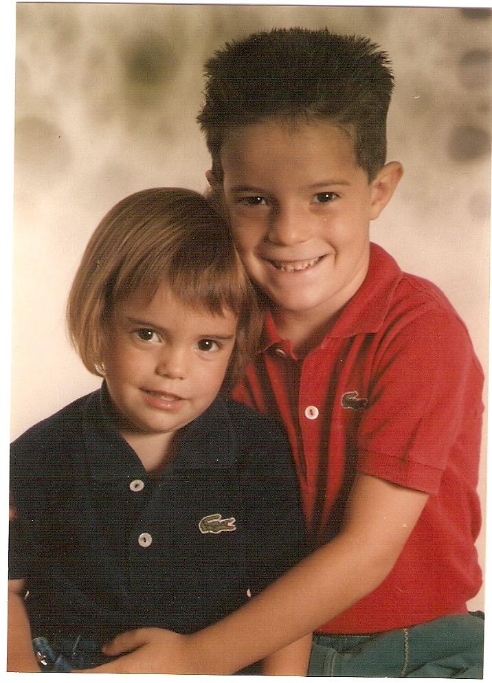 Adriana, con su hermano