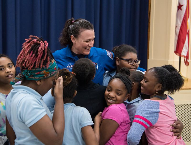 La astronauta Serena Auñón-Chancellor, con un grupo de estudiantes de un colegio público de Washington DC.