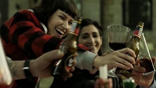 Una imagen del product placement de Estrella Galicia en la serie