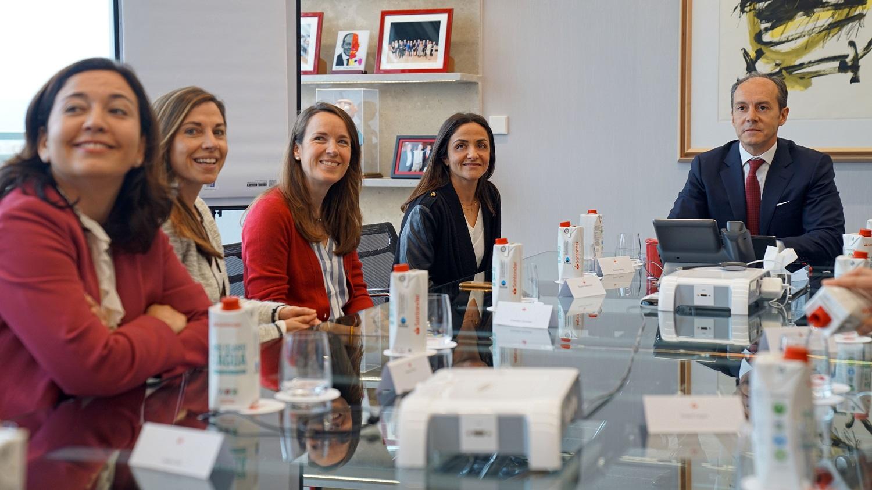Rami Aboukhair, consejero delegado de Santander España, con algunas de las participantes de Reencuentra.