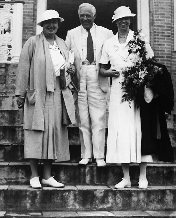 Eleanor Roosevelt (derecha) con Lorena Hickok y el gobernador Paul Pearson.