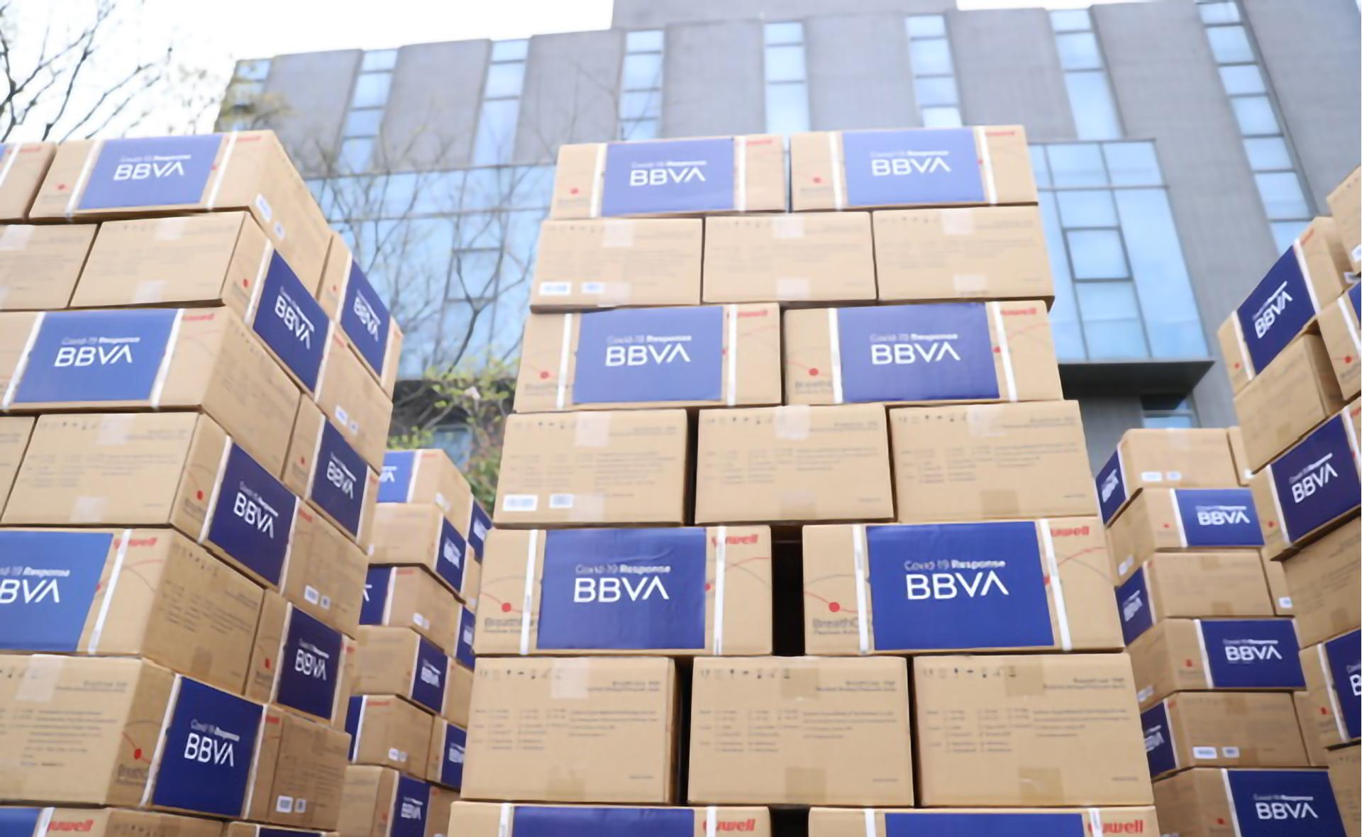 Algunas de las cajas con la donación de BBVA