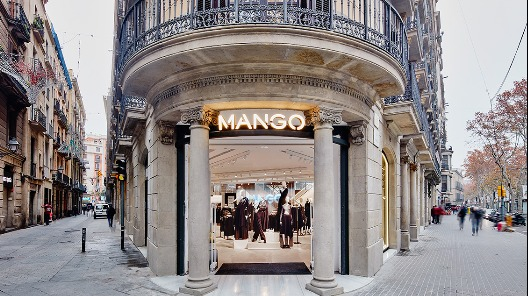 Una tienda de Mango a pie de calle
