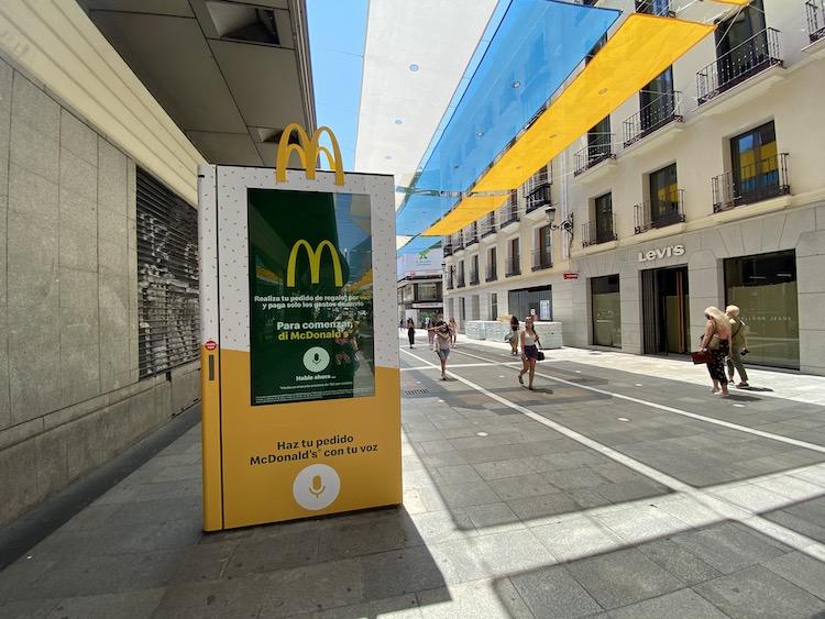 El mupi se enciende al decir McDonalds