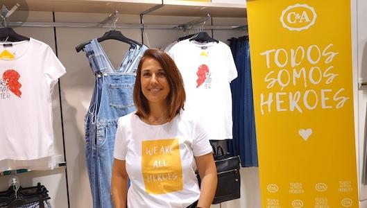 Leticia Pérez de Camino, directora de marketing de C&A, con uno de los diseños