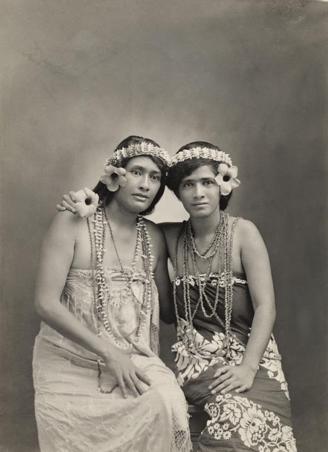 Dos jóvenes vestidas con trajes tradicionales en las Islas Marquesas en 1919. Foto: L Gauthier/National Geographic.