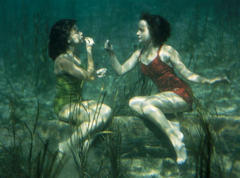 Imagen de una 'performance' de dos artistas que se pintan los labios bajo el agua en Florida, Estados Unidos, en 1944. Foto: J Baylor Roberts/National Geographic.