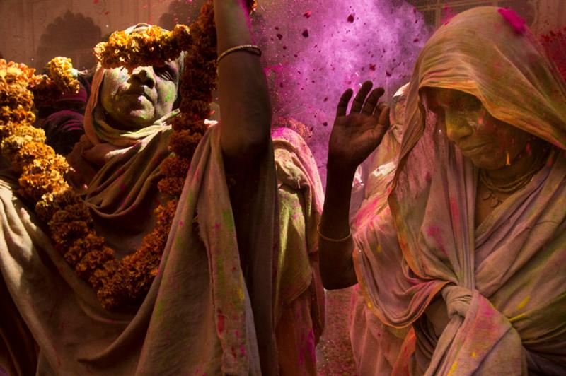 Mujeres participando en la ceremonia de Holi, en Uttar Pradesh, India, en 2016. Foto: Amy Toensing/National Geographic.