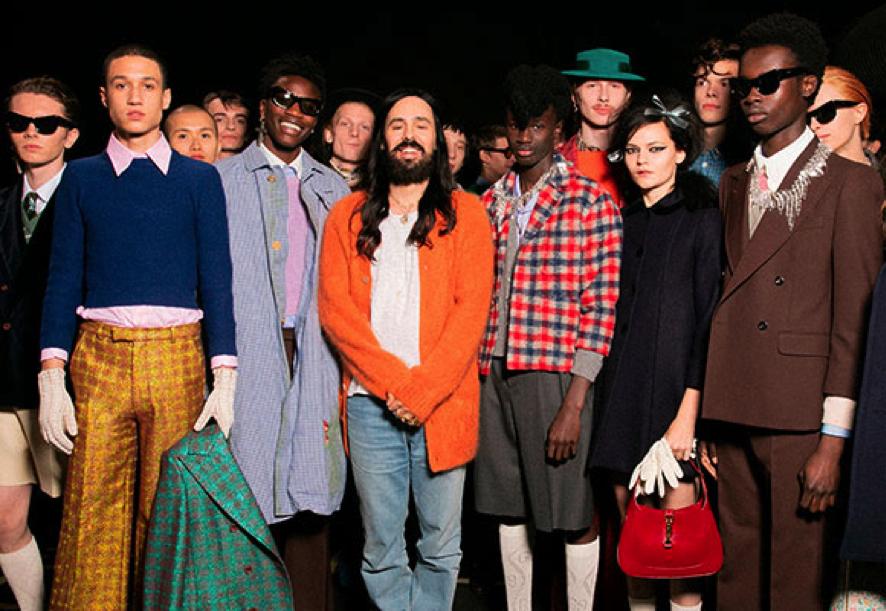 Alessandro Michele, en el centro, posa con los diseños de su colección MX. Foto: Gucci.