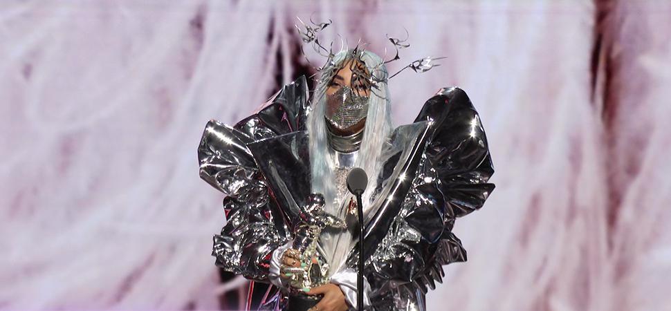 Lady Gaga convierte las mascarillas en espectáculo y herramienta reivindicativa