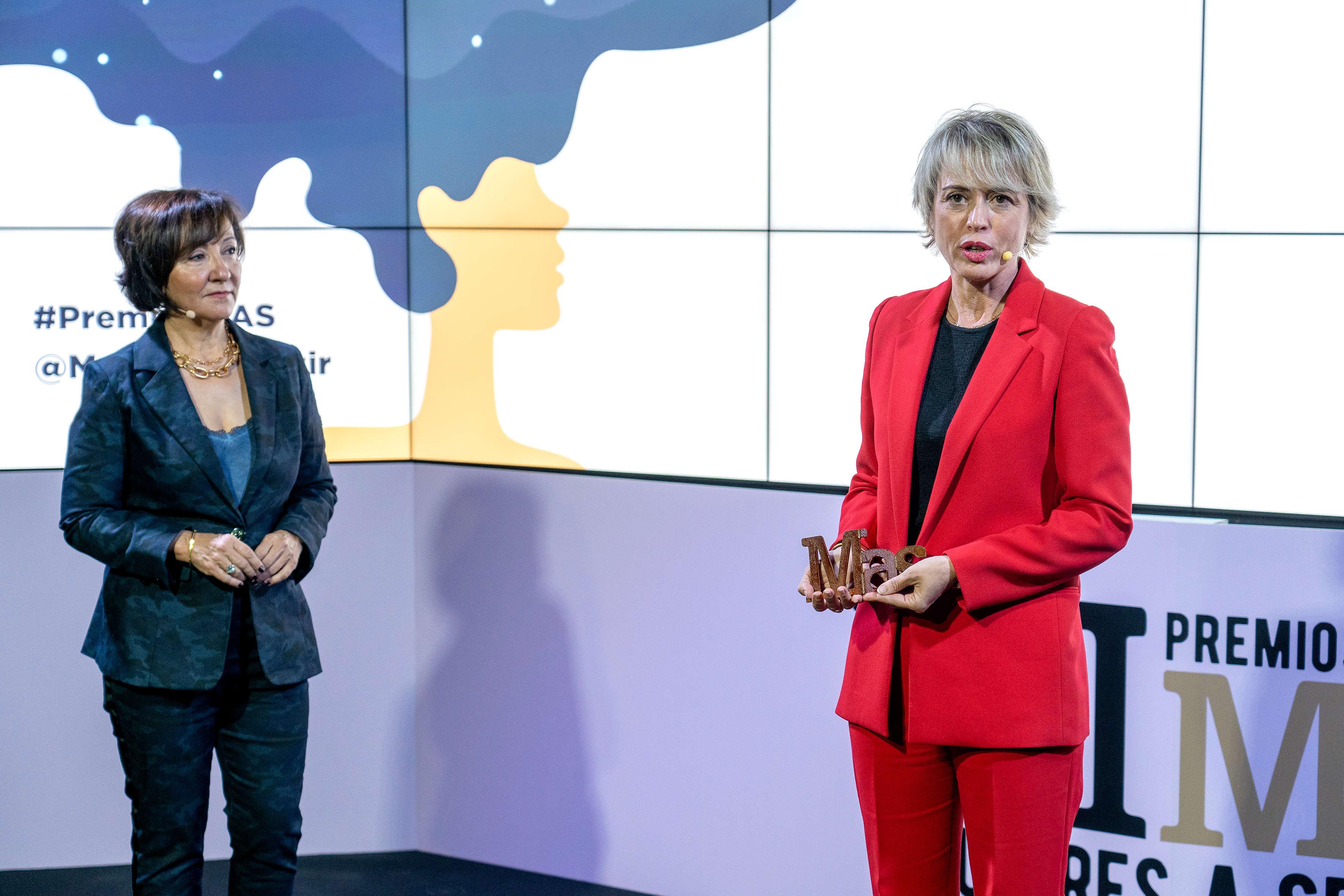 Esther Valdivia, editora de MAS, hizo entrega del premio a Carme Artigas.