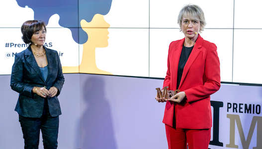Carme Artigas agradece su premios, junto a Esther Valdivia, presidenta de Publicaciones Profesionales