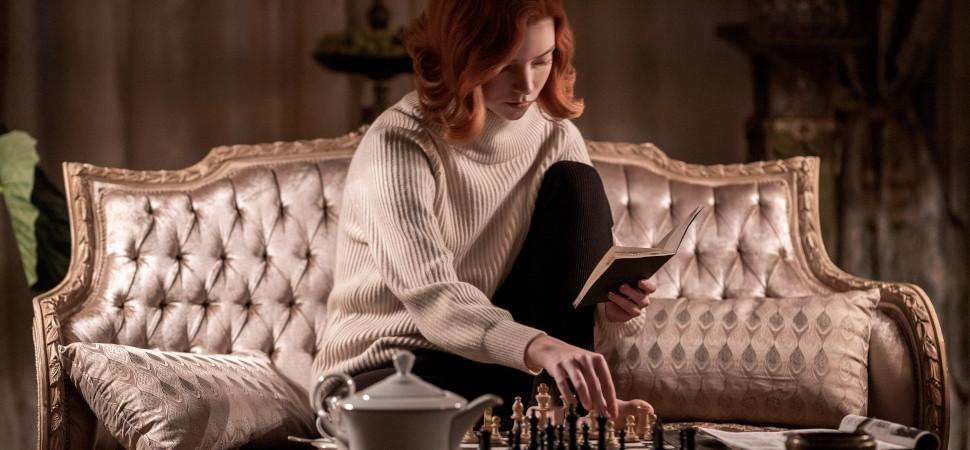 Netflix crea una exposición virtual con el vestuario de 'The Crown' y 'Gambito de dama'