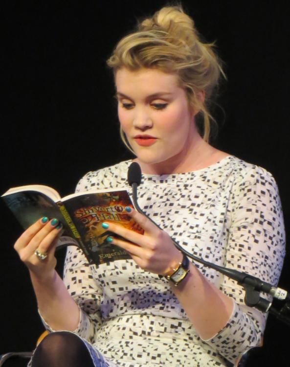Emerald Fennell, leyendo un extracto de uno de sus libros. Foto: Mark Jones.