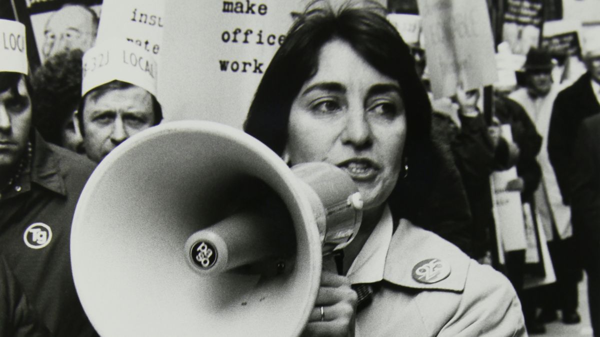 Karen Nissbaum, liderando una manifestación. Imágenes del documental de la PBS '9to5: la historia de un movimiento'.