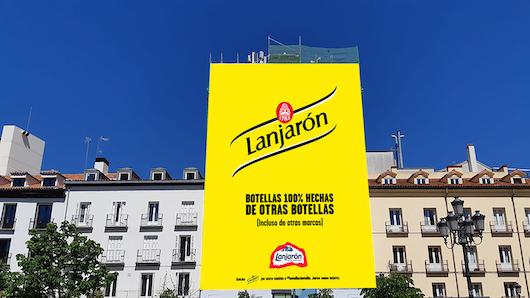 La lona instalada en Madrid