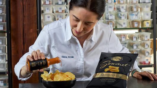 Elena Arzak sirve la salsa creada para Lay's Gourmet