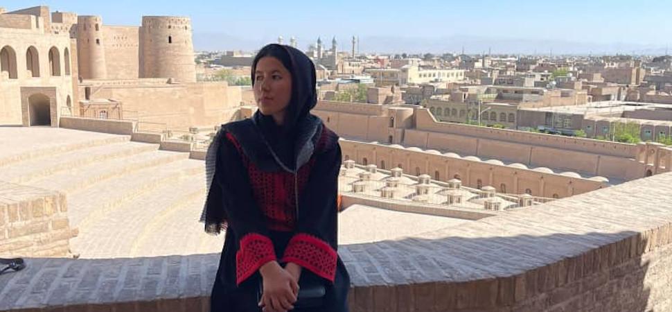 Objetivo, salvar a Fátima: la carrera para sacar de Afganistán a la única mujer guía turística del país